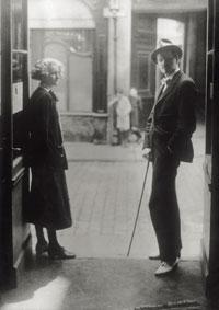 Sylvia Beach e Joyce nella libreria (credits: Mondadori Porfolio)